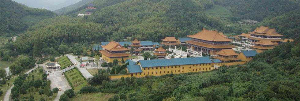余姚玉佛寺又称天下玉苑,是一个以玉文化和佛文化为特色,融山水灵气、玉雕精品和人文圣迹为一色,集游览、观光、度假、休闲及商务为一体的大型文化主题公园。天下玉苑位于余姚市大隐镇九龙山下。大隐是一个具有2500多年历史的文化古镇,是浙东第一个古人类聚居的城垒,是河姆渡文化的延续。